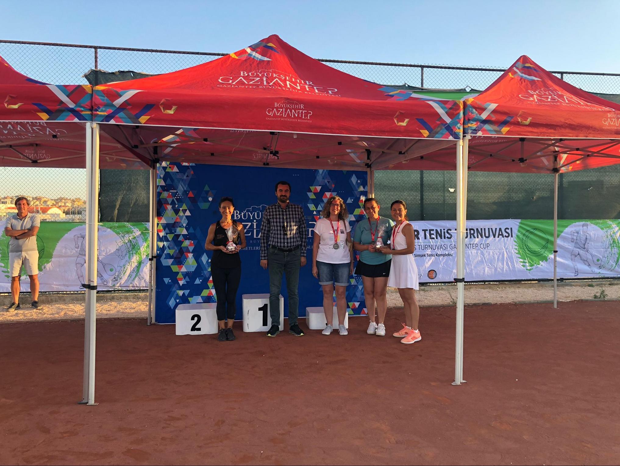 Gaziantep'te Uluslararası Tenis Turnuvası'nda derece alan isimler ödüllendirildi